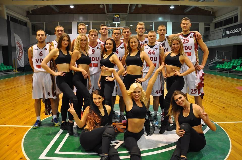 VDU krepšinio komanda su šokėjomis