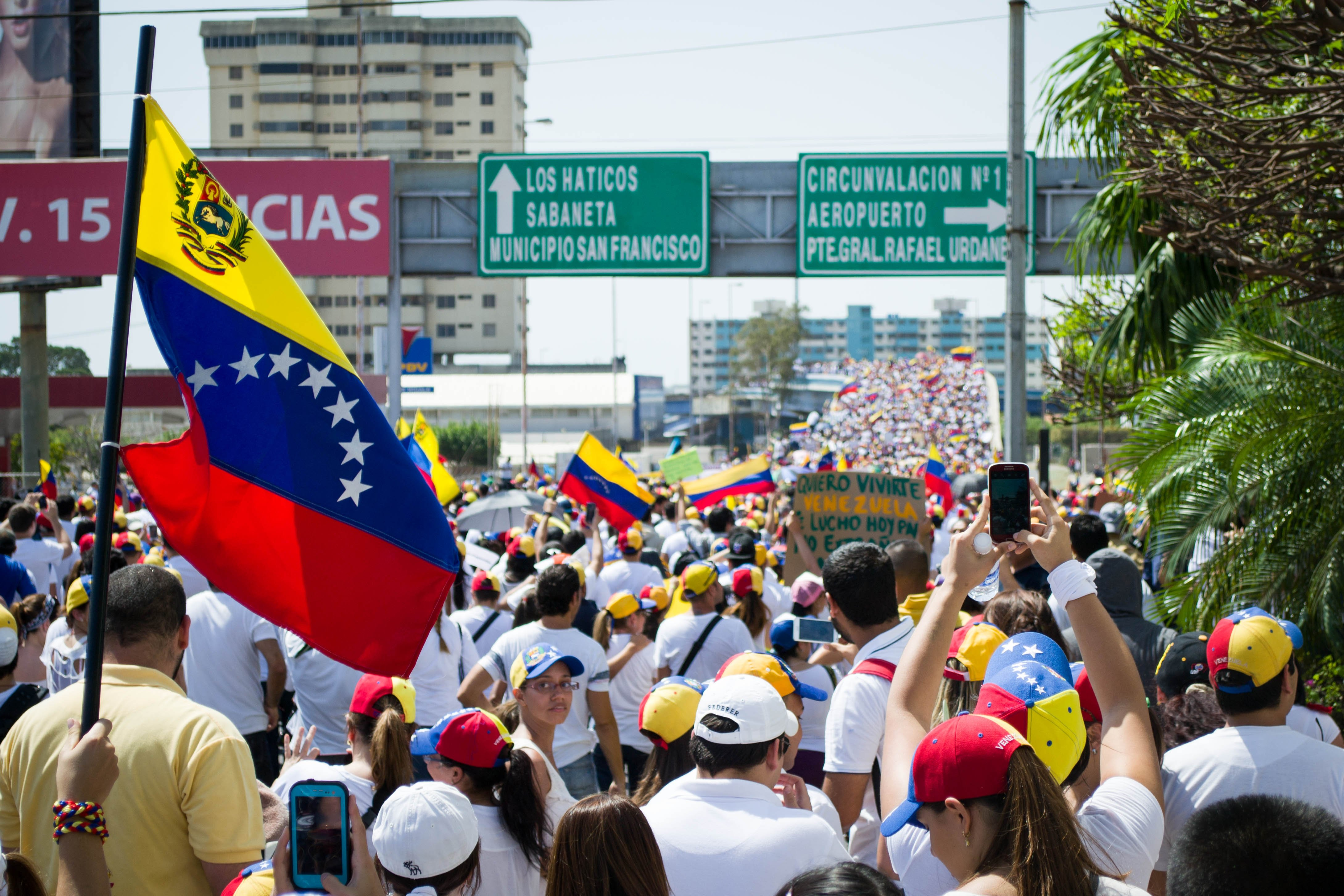 Venesuela grimzta į chaosą